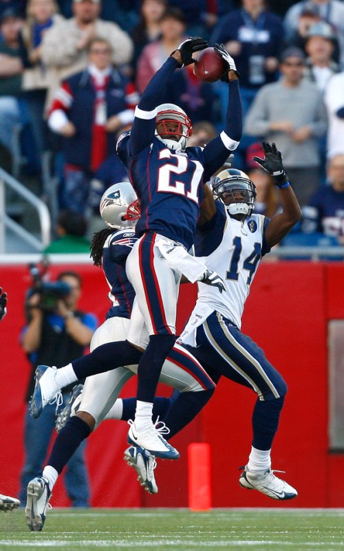 (Kevin Faulk catches the winning touchdown pass in the fourth quarter over Rams Linebacker Pisa Tinoisamoa)